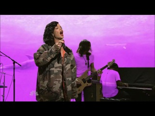 Rihanna - Diamonds (Live @ Saturday Night Live)